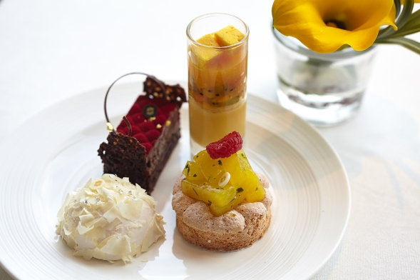 english-afternoon-tea-cakes-at-shangri-la-hotel-at-the-shard-london